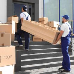 Movers que llevan la unidad de estanterí