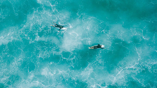 Vue aérienne des surfeurs