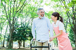 女性介護士とリハビリ中のシニア男性