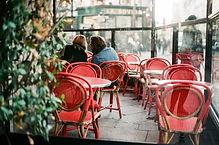 紅色桌子和椅子