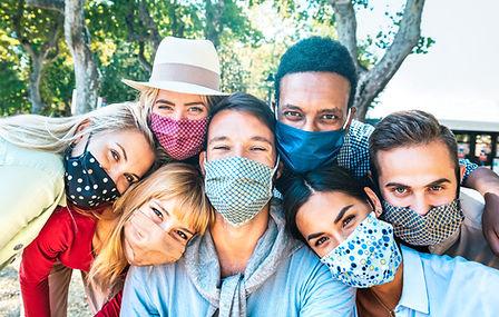 Persone con maschere