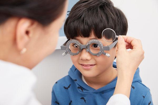 眼科検診中の男の子