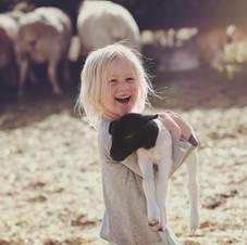 Fille tenant un agneau
