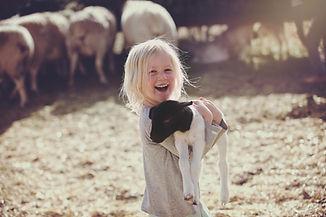 Mädchen, das Lamm hält