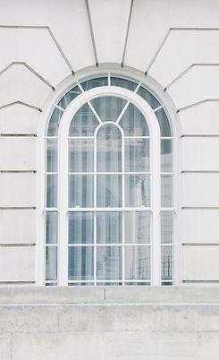 Fenêtre en voûte blanche
