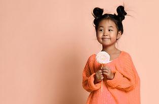 Jente med rosa lollipop