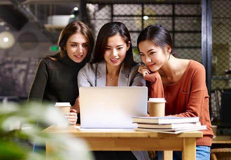 ノートパソコンに向かう女性たち