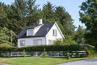 Bílý dřevěný dům
