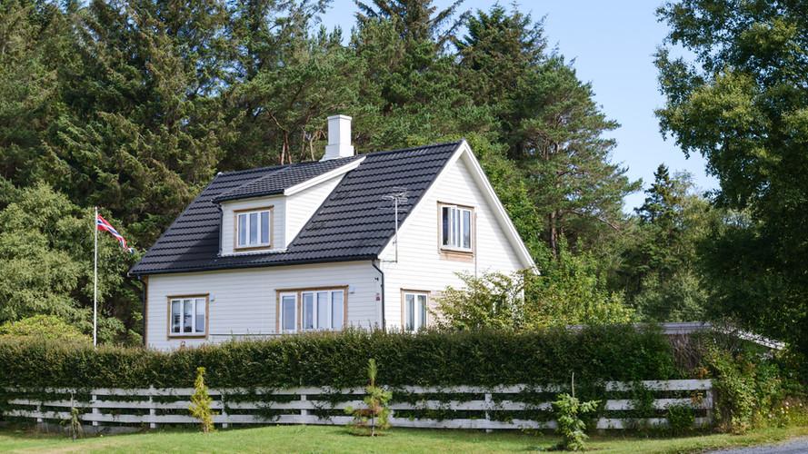 白い木造の家