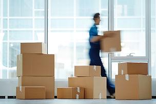 Homem carregando uma caixa