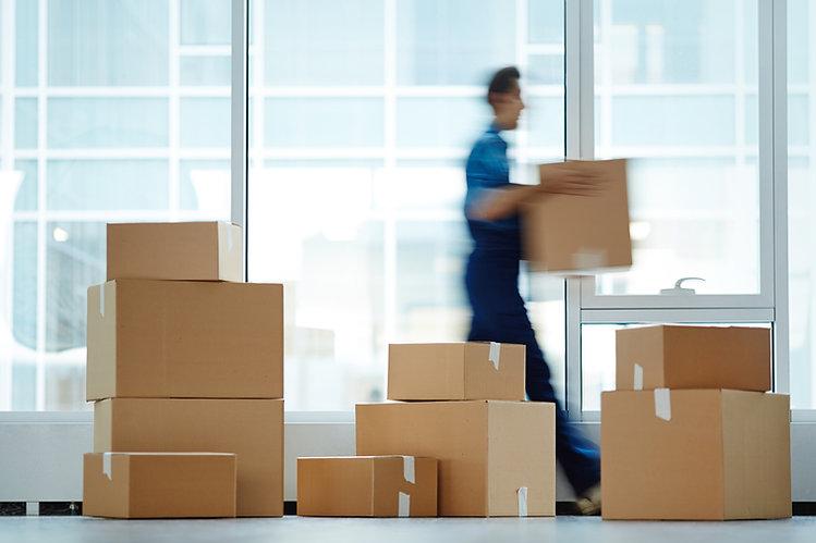 Uomo che trasporta una scatola