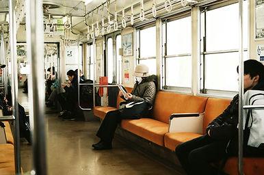 電車の中の人