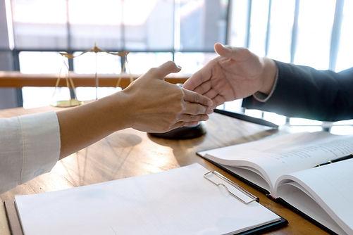 Händeschütteln als Hinweis auf die weiteren anwaltlichen Tätigkeiten der Rechtsanwälte Raupach und Brand