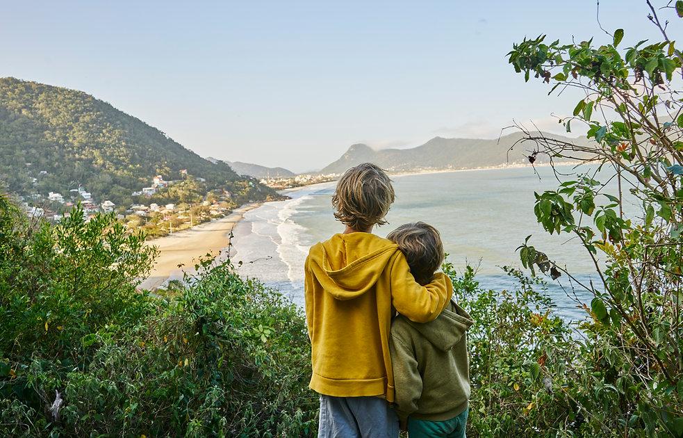 Crianças admirando a vista