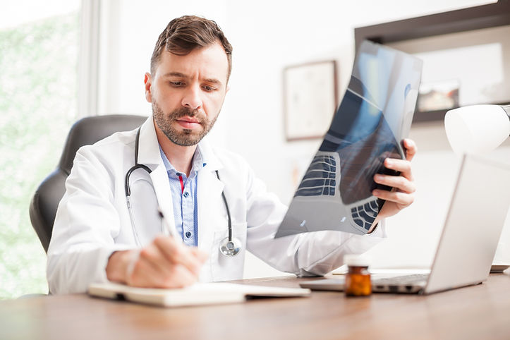 Médico em um computador