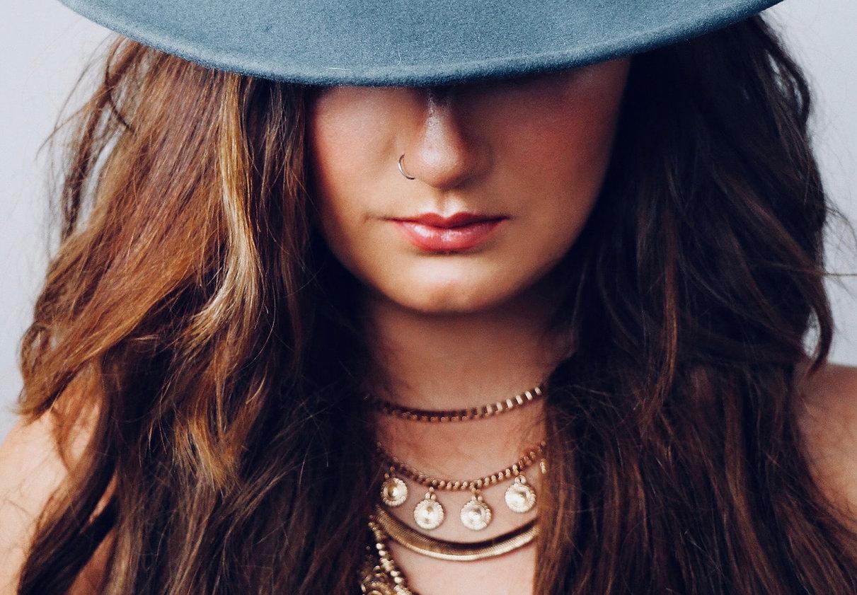 Femme avec des bijoux fantaisie