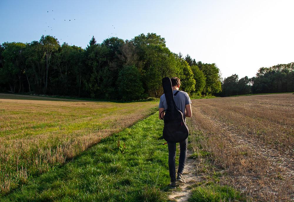 Camminare nella natura in campagna
