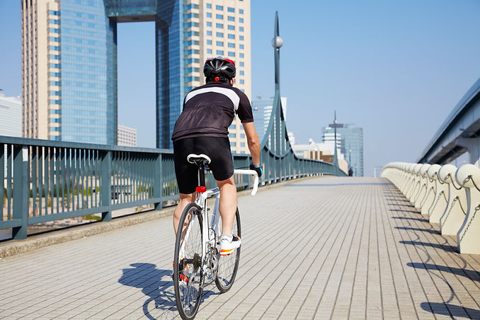 橋を渡るサイクリスト