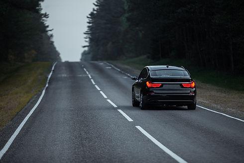Voiture noire sur la route