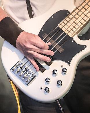 Un bajo blanco guitarra