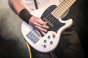 Une guitare basse blanche