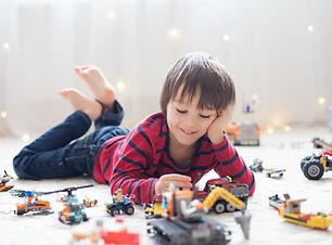 Jugando con vehículos de juguete