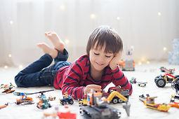 Mit Spielzeugfahrzeugen spielen