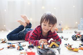 Brincando com veículos de brinquedo