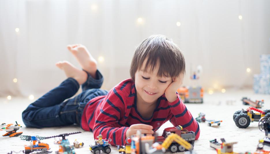 Spelen met speelgoedvoertuigen