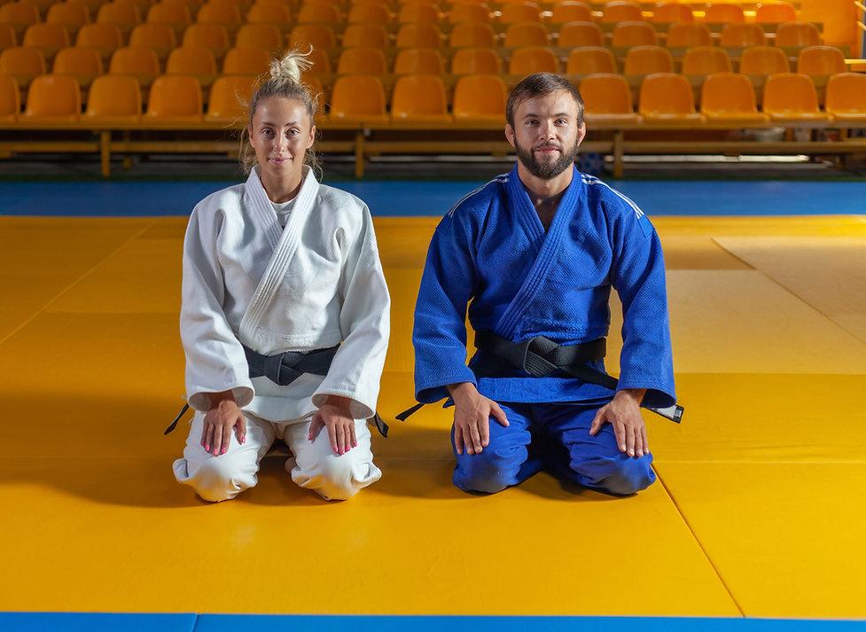Kniende Judokas