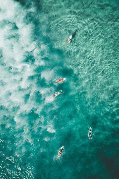 Vista aérea de surfistas