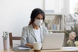 Geschäftsfrau mit Maske