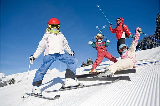 Famiglia in vacanza sugli sci