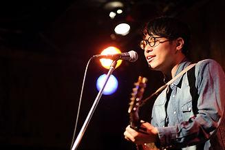 Joueur de guitare chantant