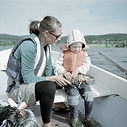Mutter und Sohn auf dem Boot