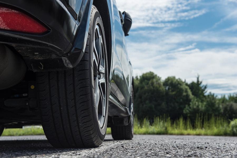 駐車場の自動車のタイヤ