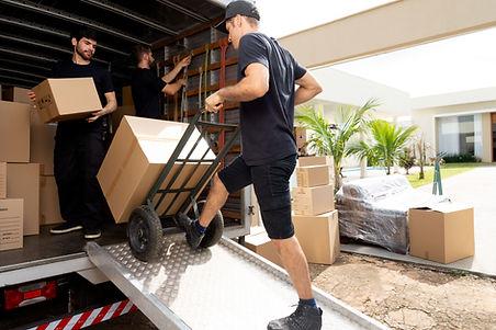 Carregando caixas no caminhão
