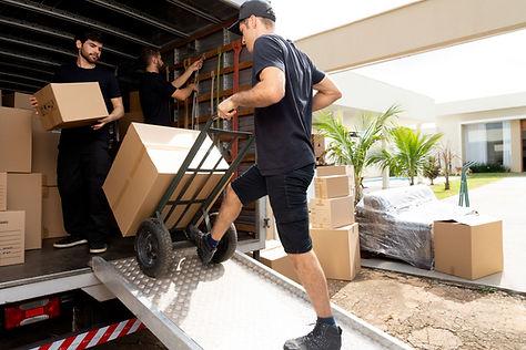 Laddar lådor i lastbilen