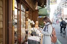 Kvinde, der gennemser uden for en butik