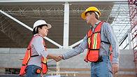 Trabalhadores da construção civil aperta