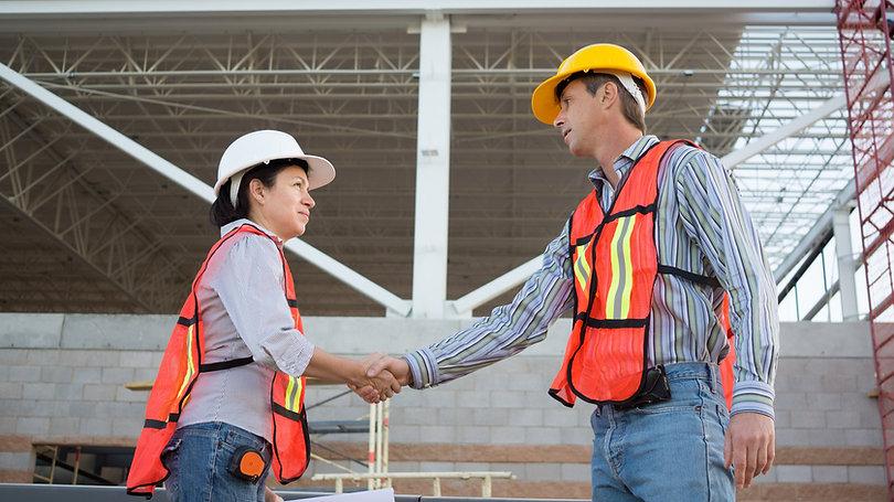 Obreros de la construcción saludándose