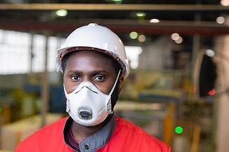 マスクを持つ労働者