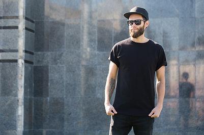 Homem vestido de preto