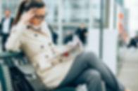 Femme lisant un journal sur un quai de g