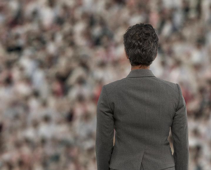 Empresária na frente da multidão