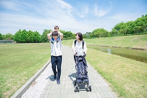 公園を歩く家族