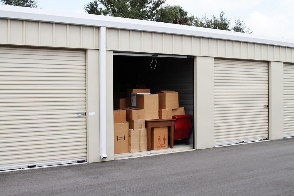 Galpão de sef storage mostrando vários espaços com um aberto repleto de caixas dispostas de maneira organizada