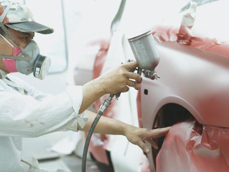 Mechaniker arbeiten am Auto