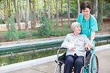 Trabalhador de saúde com paciente