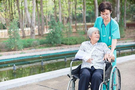 Gesundheitspflegearbeiter mit Patienten
